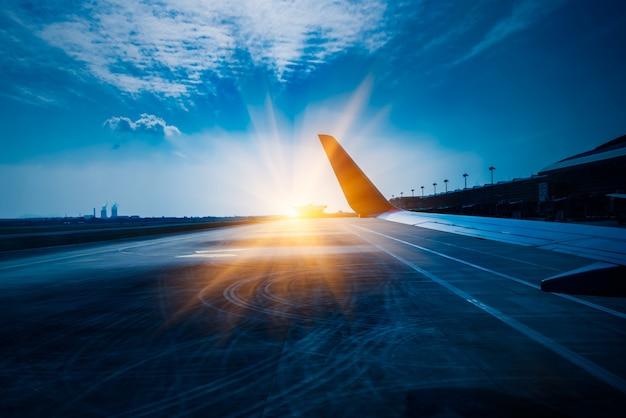 Vista dell'ala del piano d'aria durante il decollo o l'atterraggio Foto Gratuite