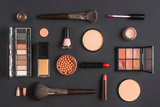 Vista dell'angolo alto dei prodotti di bellezza sulla superficie del nero Foto Gratuite