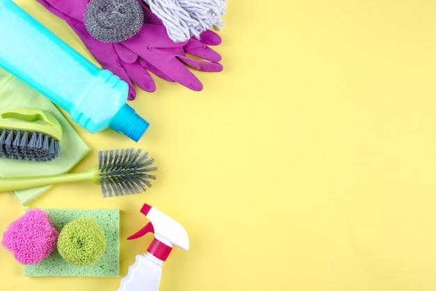 Vista dell'angolo alto dei prodotti di pulizia su fondo giallo Foto Gratuite