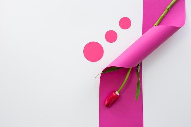 Vista dell'angolo alto del nastro rosa arricciato con il fiore Foto Gratuite