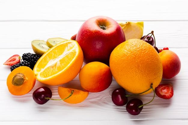 Vista dell'angolo alto del primo piano della composizione della frutta Foto Gratuite
