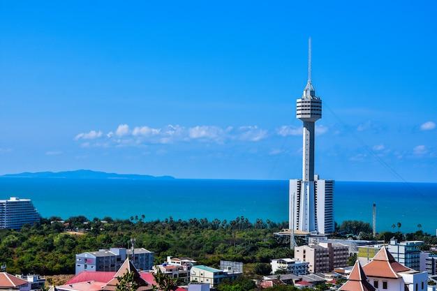Vista dell'angolo alto della baia di pattaya, chonburi, tailandia, spiaggia di viaggio e mare in vacanza Foto Premium
