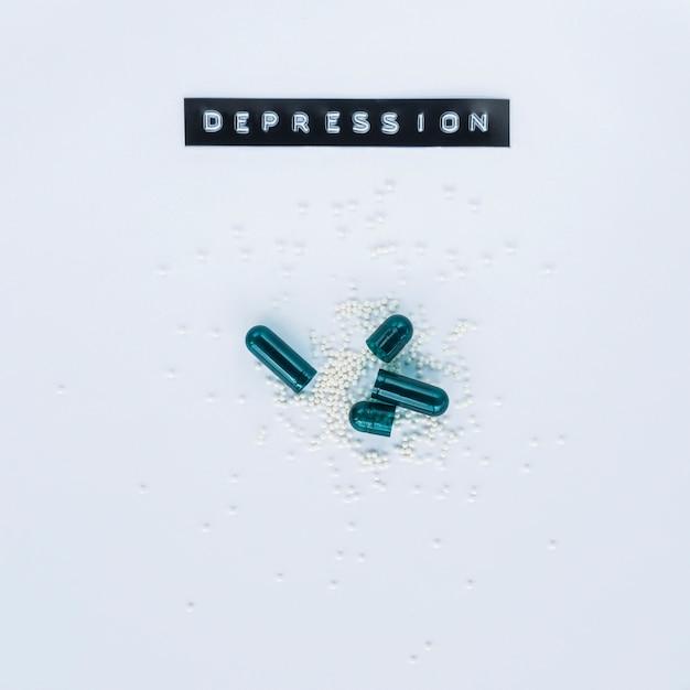 Vista dell'angolo alto delle capsule aperte con l'etichetta di depressione Foto Gratuite