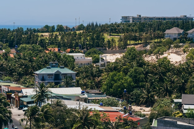 Vista dell'area resort a mui ne in vietnam dalla cima del tetto dell'hotel Foto Premium