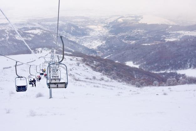 Vista dell'ascensore di sci nella stazione sciistica in hrazdan, armenia Foto Premium