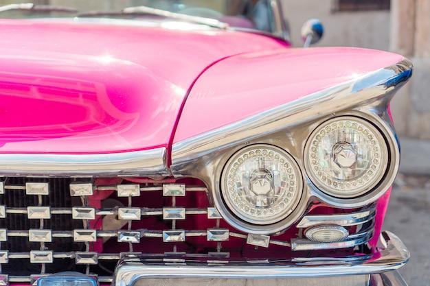 Vista dell'automobile classica gialla dell'annata a vecchia avana, cuba Foto Premium