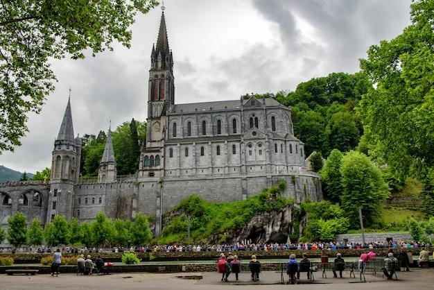 Vista della basilica di lourdes, in francia Foto Premium
