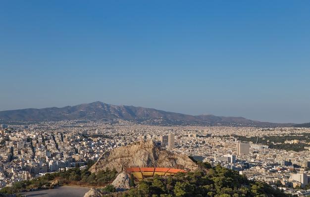 Vista della città di atene con il monte licabetto, grecia Foto Premium