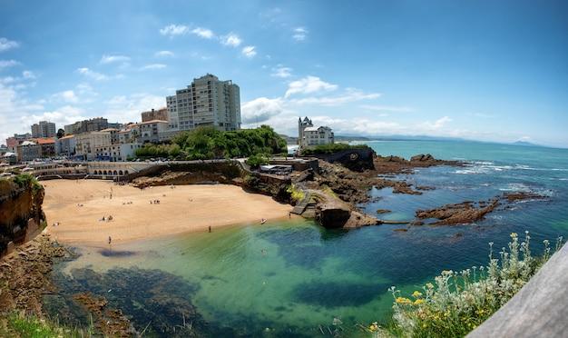 Vista della città di biarritz dall'oceano atlantico, francia Foto Premium
