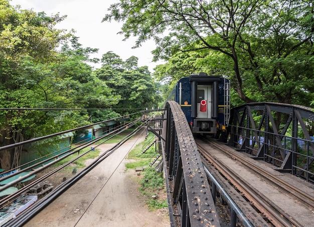 Vista della fine del treno turistico. Foto Premium