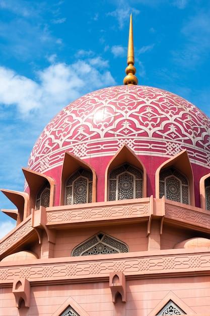 Vista della moschea di putra (masjid putra) a putrajaya, in malesia Foto Premium