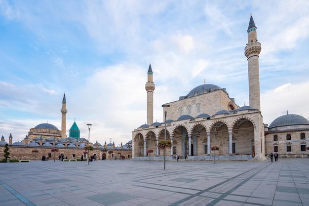 Vista della moschea selimiye e museo mevlana a konya, in turchia Foto Premium