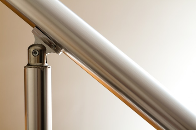 Vista della ringhiera delle scale in alluminio e dell'elemento articolare Foto Premium