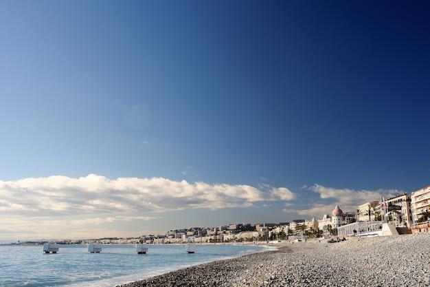 Vista della spiaggia di nizza Foto Premium