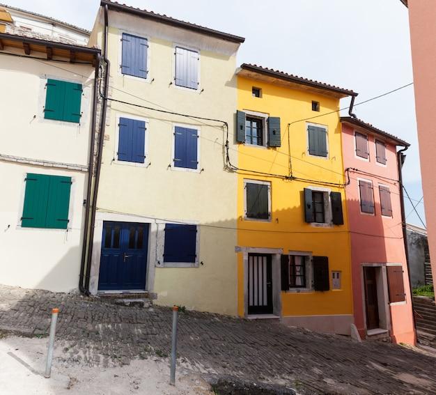 Vista delle case colorate di motovun Foto Premium