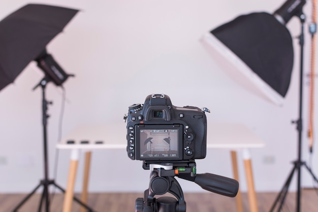 Vista dello schermo della fotocamera moderna professionale su treppiede Foto Gratuite
