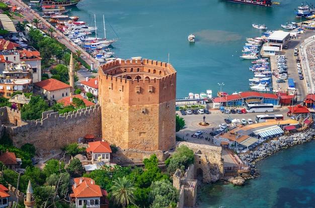 Vista di alanya e kyzil kule dalla fortezza di alanya. tacchino Foto Premium