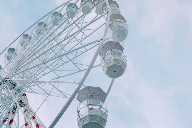 Vista di angolo basso del carosello di ferris wheel durante il giorno sotto un cielo blu Foto Gratuite