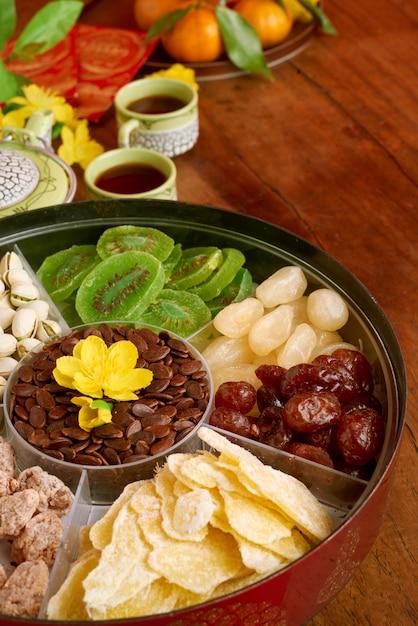 Vista di angolo del contenitore di spuntino del nuovo anno che sta sulla tavola di cena decorata di festa Foto Gratuite