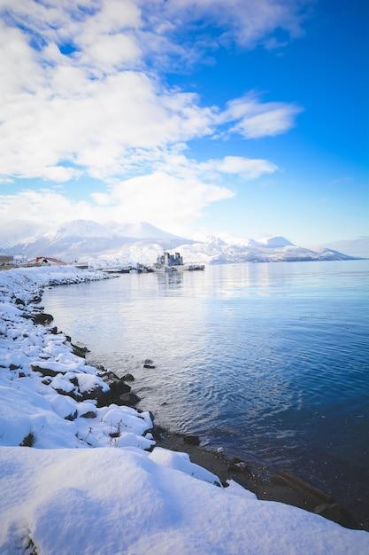 Vista di bella ushuaia in inverno. Foto Premium