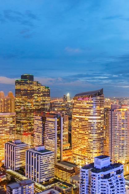 Vista di paesaggio urbano dell'edificio moderno di affari dell'ufficio di bangkok nella zona di affari a bangkok Foto Premium