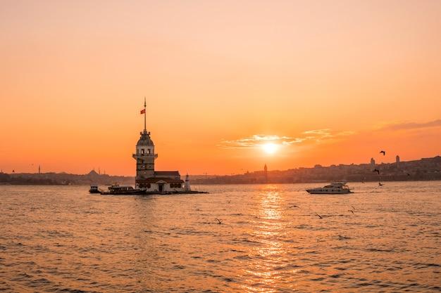Vista di tramonto della torre nubile (kulesi di kiz) in bosphorus, costantinopoli turchia Foto Premium