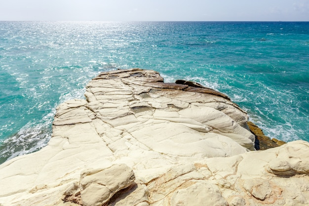 Vista di una costa rocciosa al mattino Foto Premium