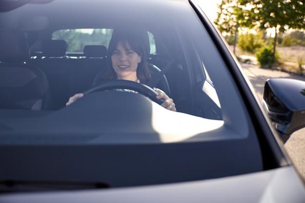 Vista di una donna che guida la sua auto Foto Premium