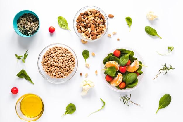 Vista elevata degli ingredienti sani in ciotola sopra priorità bassa bianca Foto Gratuite