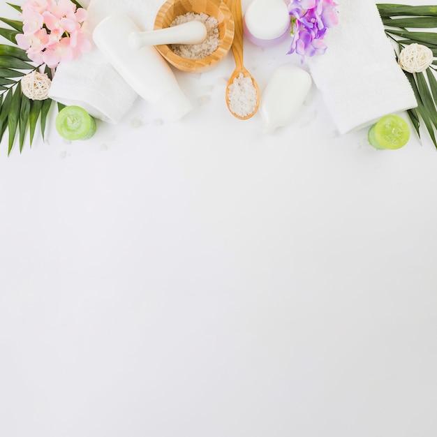 Vista elevata dei prodotti della stazione termale su priorità bassa bianca Foto Gratuite