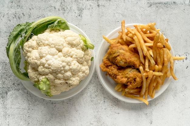 Vista elevata del cavolfiore e degli alimenti fritti sopra fondo concreto Foto Gratuite