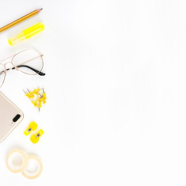 Vista Elevata Del Cellulare Occhiali E Cartolerie Su Sfondo Bianco