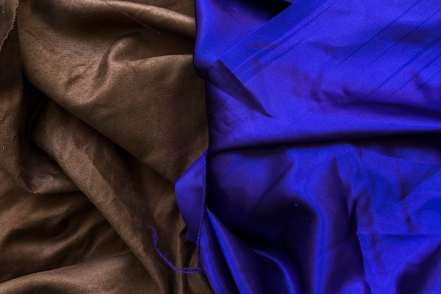 Vista elevata del tessuto blu e marrone liscio piegato Foto Gratuite
