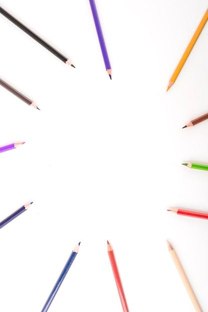 Vista elevata delle matite multicolori che formano cerchio Foto Gratuite