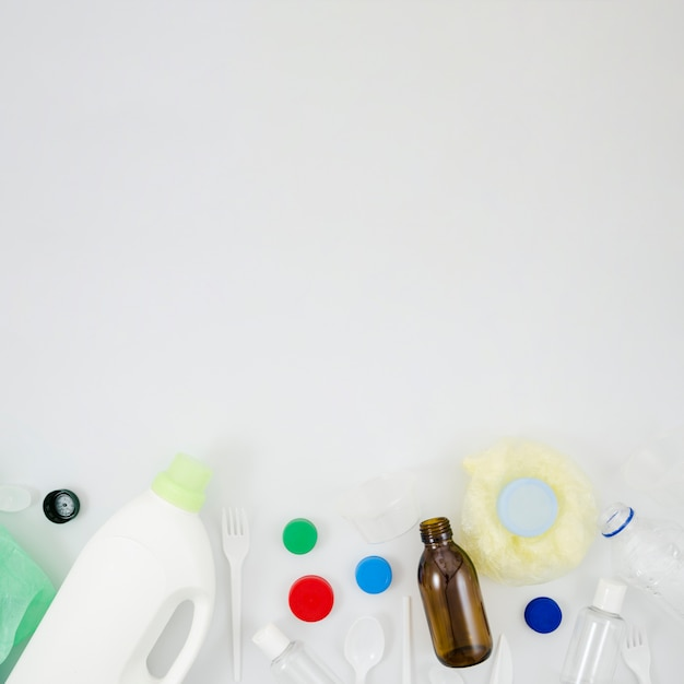 Vista elevata di immondizia dei rifiuti di plastica nella parte inferiore di priorità bassa bianca Foto Gratuite