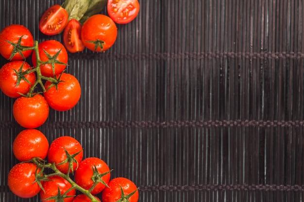 Vista elevata di pomodori rossi succosi su placemat Foto Gratuite