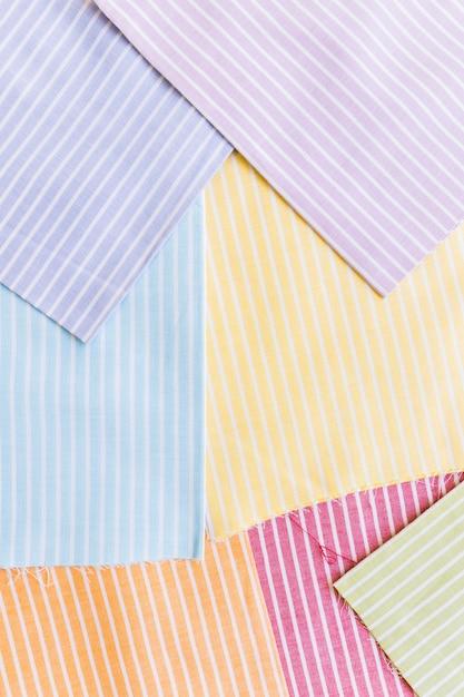 Vista elevata di vari vestiti a strisce multicolore Foto Gratuite