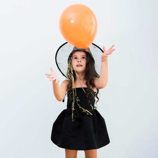 Vista frontale bambina in costume da strega per halloween Foto Gratuite