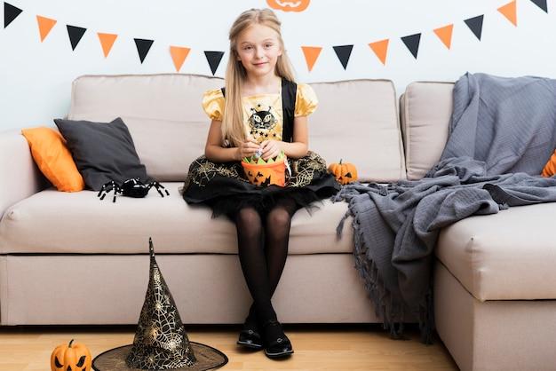 Vista frontale bambina in costume da strega Foto Gratuite