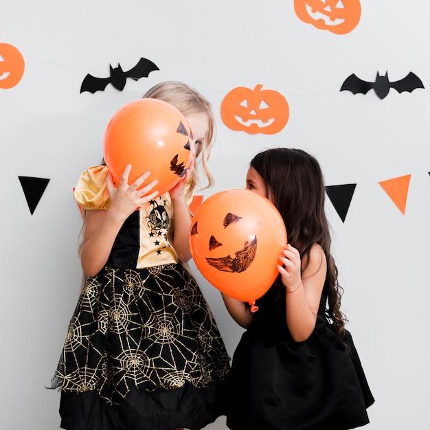 Vista frontale bambine in costume da strega per halloween Foto Gratuite