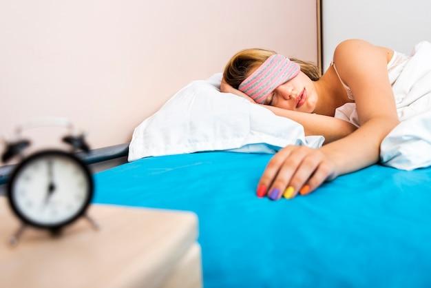 Vista frontale bella donna che dorme nel letto Foto Gratuite