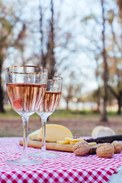 Vista frontale bicchieri di vino accanto al pasto gourmet Foto Gratuite