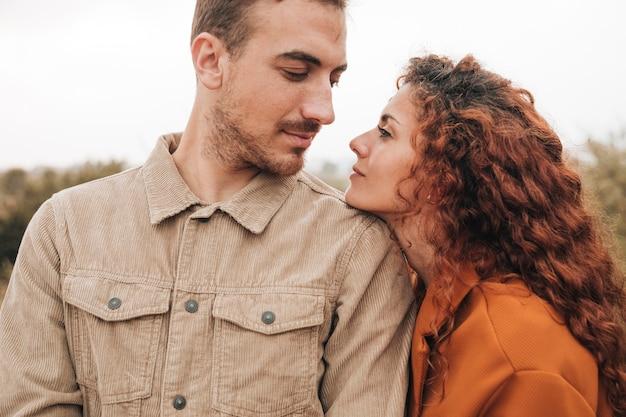 Vista frontale coppia guardando l'altro Foto Gratuite