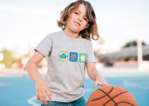 Vista frontale del bambino giocando a basket Foto Gratuite