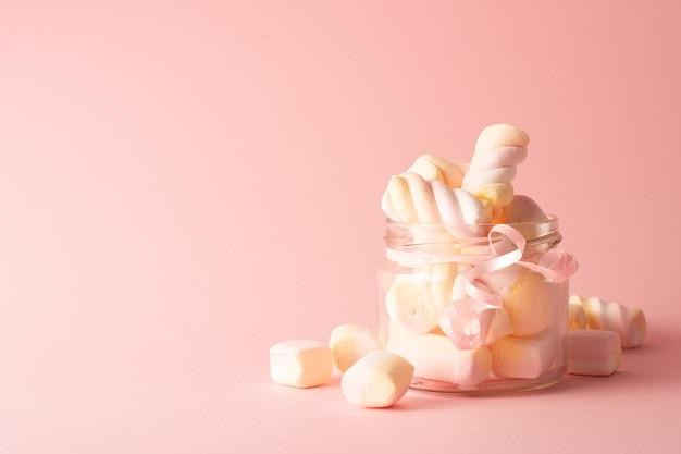 Vista frontale del barattolo trasparente con marshmallow e copia spazio Foto Gratuite