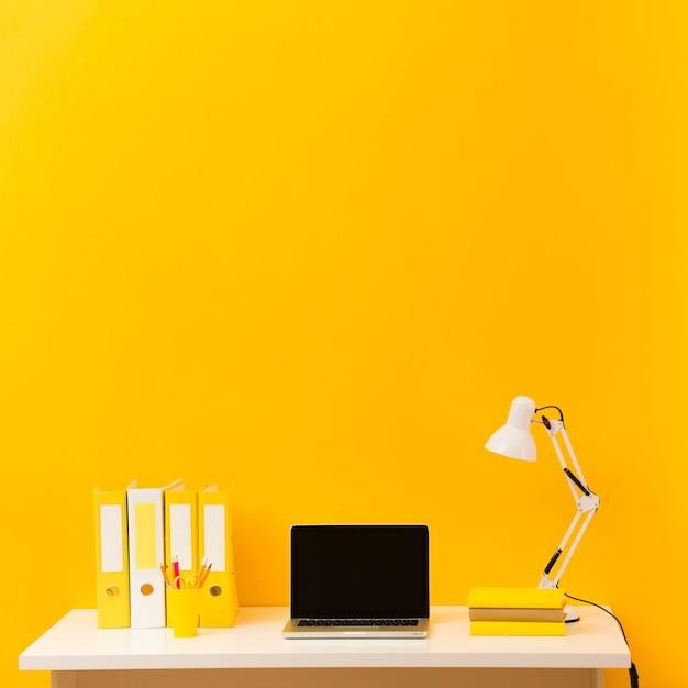 Vista frontale del computer portatile sulla scrivania Foto Gratuite