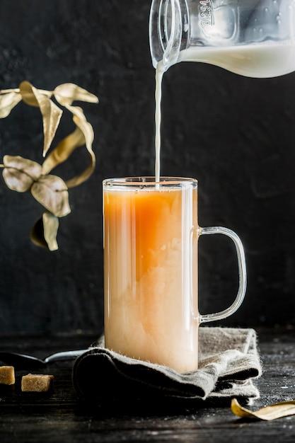 Vista frontale del concetto del tè al latte Foto Gratuite