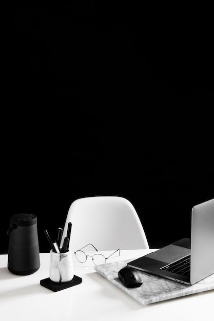 Vista frontale del concetto di scrivania con spazio di copia Foto Gratuite