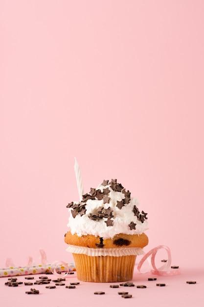 Vista frontale del cupcake con glassa e candela Foto Gratuite