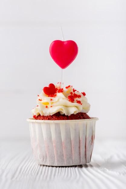 Vista frontale del cupcake con granelli a forma di cuore Foto Gratuite